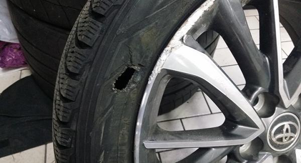 Ett stort hål i däcket och en demolerad aluminiumfälg blev de synliga skadorna efter kraschen mot stenkanten.