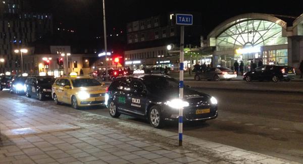 Taxikön utanför cityterminalen nämnda afton. Dessa bilar har däremot inget med den beskrivna händelsen att göra.