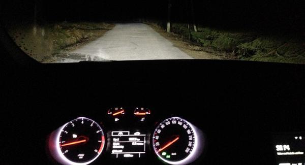 Ljuset är härligt vitt och förhoppningsvis bländningsfritt även när man låter bilen gå på autoläge, och ljuset fördelas med hjälp av kameran (Bilen står still vid fotograferingen, så systemet är inte aktivt).