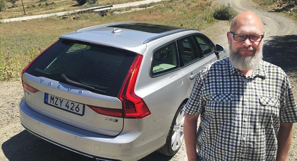 Tommy Wahlström tar en första provrunda med Volvo V90.