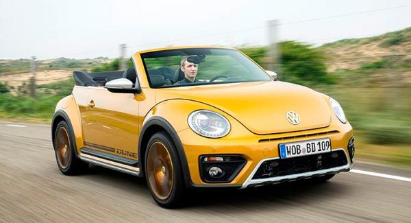 Volkswagen Beetle cabbar ner och reser sig upp.