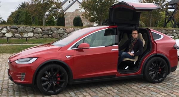 Man får inte vara blyg i Tesla Model X. Måsvingedörrarna väcker uppmärksamhet.