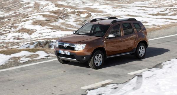 Frågeställaren har en Dacia Duster och undrar om det går att montera smala vinterdäck för bättre fäste.