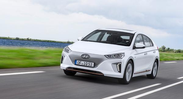 Elbilsversionen av Hyundai Ioniq känns igen på avsaknaden av grill. Luftmotståndet sänks till låga 0,24 i Cd-värde.
