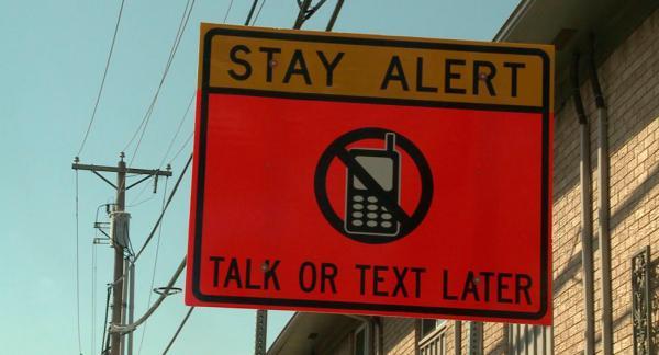 """""""Håll dig alert – sms:a eller prata senare"""", uppmanar skylten i USA."""