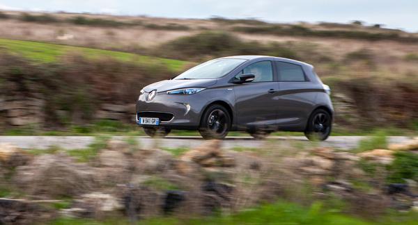 40 mil är en glädjesiffra. Renault Zoe med kraftfullare batteri klarar snarare 20-30 mil vid verklig körning.