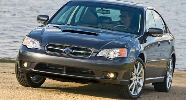 Frågeställaren har en Subaru Legacy från 2007 och är orolig att topplockspackningen håller på att gå sönder.