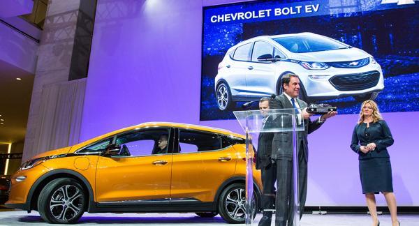 Glada vinnare från Chevrolet tar emot priset för årets bil i nordamerika. Vinnaren blev elbilen Bolt.