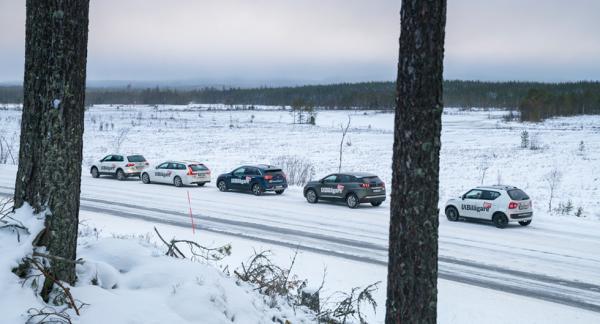 Kort bilbytesuppehåll i Finnskogarna på väg mot Fredriksberg. Foto: Simon Hamelius.