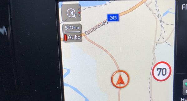 Enligt Kia Niro är fartgränsen 70 km/tim, men i verkligheten är den 10 km/tim lägre! En felvisning som i värsta fall kan leda till att föraren får punga ut med 1 500 kronor i böter...