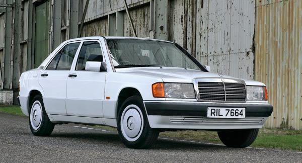Frågeställaren vill ha hjälp med att byta glödlampa i sin Mercedes från 1987.