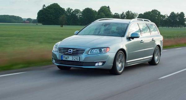 Frågeställaren oroar sig över fuktsamlande skumplast som kan utvecklas till rost på sin Volvo V70 från 2014.