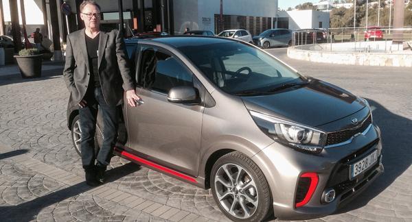 Motorjournalist Erik Rönnblom färgmatchar på provkörningen av nya Kia Picanto.