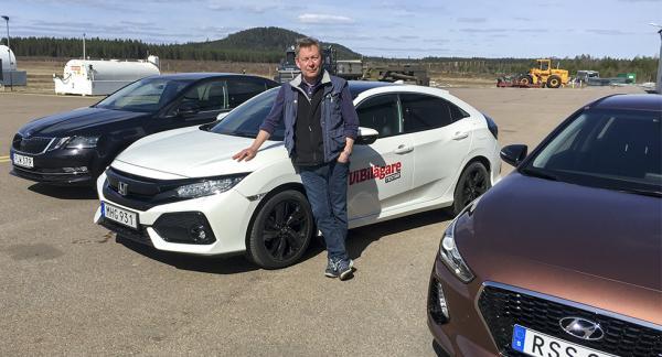 Skoda Octavia, Honda Civic och Hyundai i30 uppradade på testflygfältet i Hagfors. En av dem bullrar så att trumhinnorna bågnar.
