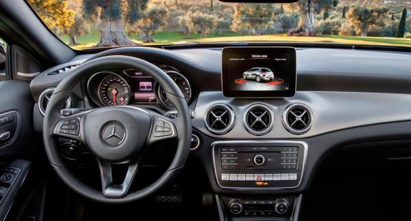 Frågeställaren kan inte koppla sin smartphone till Mercedes infotainmentsystem.