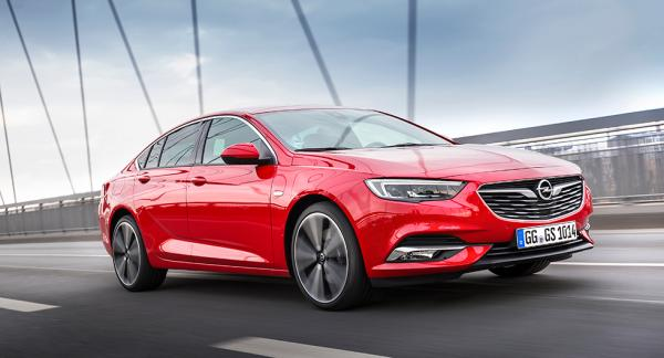 Nya Insignia är lägre, rymligare och lättare än tidigare. Linjerna sågs först hos konceptbilen Opel Monza, visad år 2013.