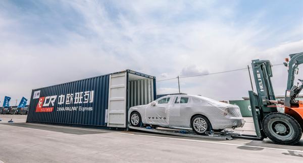 Alla ombord! Volvo S90 rullar inte själv från Kina till Europa. Istället får den skjuts av tåget.