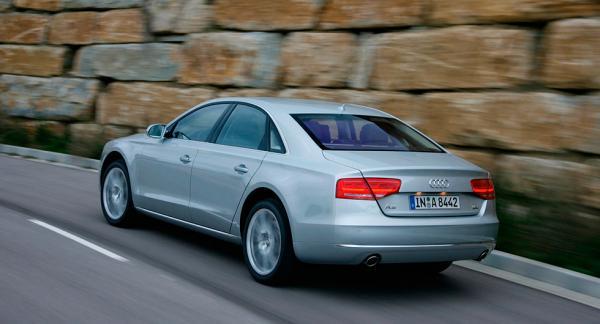 I Tyskland har det upptäckts att dieseldrivna Audi A8 med Euro 5-klassade motorer innehåller en mjukvara som sänker utsläppen av kväveoxider i testmiljö.