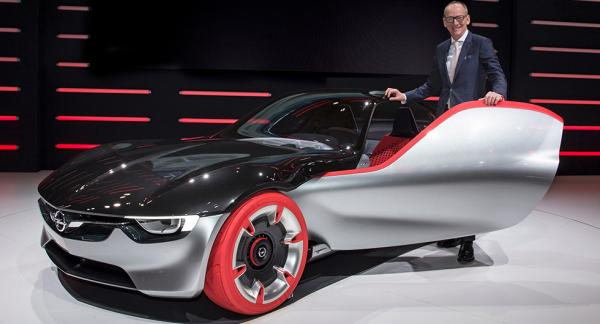 Så här glad var vd Karl-Thomas Neumann förra året när han presenterade Opels GT-koncept. Nu slutar han chefstjänsten på Opel.