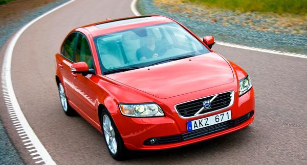 När frågeställaren köpte sin Volvo S40 intygade bilförsäljaren att servicen vid 12.000 mil var gjord, men enligt Volvo har bilen inte varit inne på någon auktoriserad verkstad.