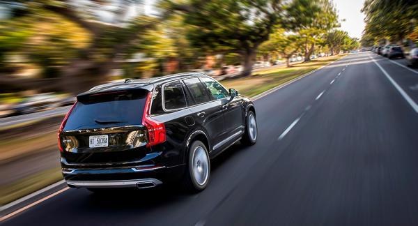 Anordningen som sträcker bältet på tredje sätesradens högra sida kan lossna. Därför återkallar nu Volvo 200 XC90 i Sverige.