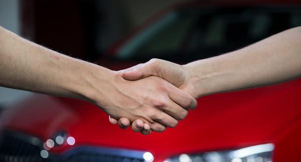 Antalet personer som väljer att sälja sina bilar själva minskar. Istället tar de hjälp av företag som sköter försäljningen.