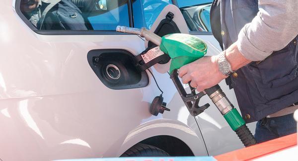 Frågeställaren undrar om det är skillnad på svensk ock tysk bensin.