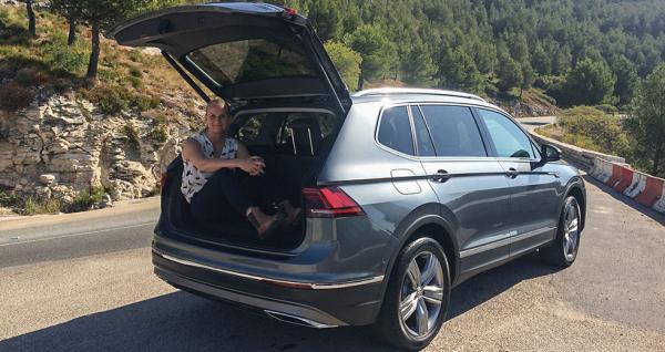 Med tredje sätesraden uppe rymmer bagageutrymmet 230 liter. Nästan nog för att inhysa en motorjournalist.