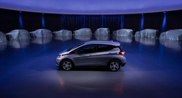 Chevrolet Bolt, som i Europa säljs som Opel Ampera-e. I bakgrunden skymtar den elbils-offensiv som General Motors planerat inför de kommande åren.