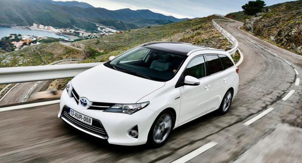 Frågeställaren undrar om det verkligen kan stämma att Toyota Auris Hybrid från 2013 bara får dra strax under 400 kilo.