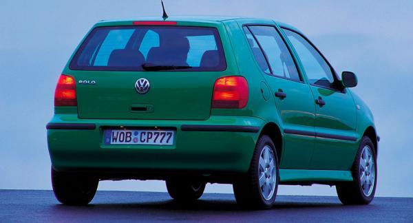 Frågeställaren ska parkera sin Volkswagen Polo från 2002 på flygplatsen i två veckor och är orolig att den inte kommer att starta sen.