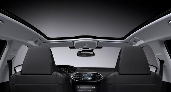 Frågeställaren har en Peugeot 308 SW med glastak och undrar varför det inte görs krocktester med bilar som är utrustade med tak i glas.
