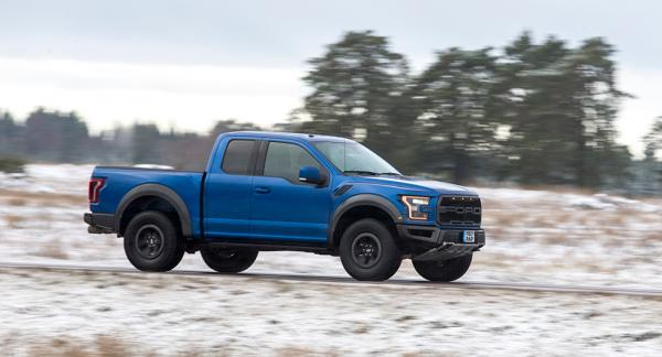 Normalstor i USA - enorm med svenska mått. En vanlig kombi är nästan lika hög som huven på Ford F-150.