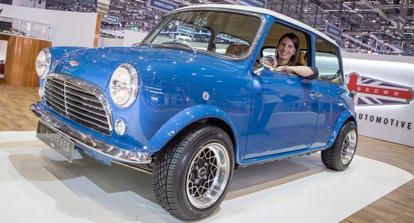 Nygammal Hundkoja – din för dryga miljonen! Michelle Gay, försäljningschef på David Brown Automotive som bygger bilen, provsitter.