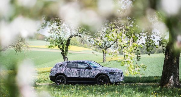 Mercedes EQC som prototyp har genomgått tester i Schwarzwald under sommaren. Ikväll ser du den utan maskering klockan 18:30.