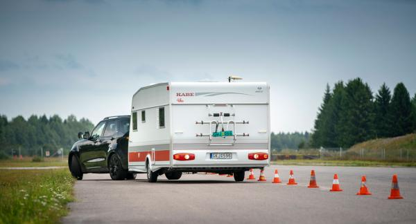 Att backa med släp är inte lätt för den som är ovan. Land Rovers släpvagnsassistans gör den krångliga manövern lättare.