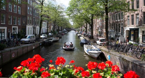 Kanalerna är många och vindlande. Promenera längs, åk båt på – eller till och med bo på husbåt för att verkligen uppleva vattenvägarna som stadens byggts kring.