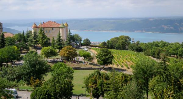Ett anrikt slott med vingårdar i Aiguines väntar vid utloppet av kanjonen.