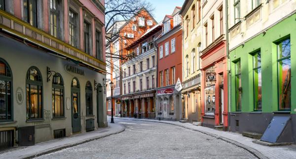 Rigas stadskärna lockar oss till promenader på stenlagda gator i vackra gränder.