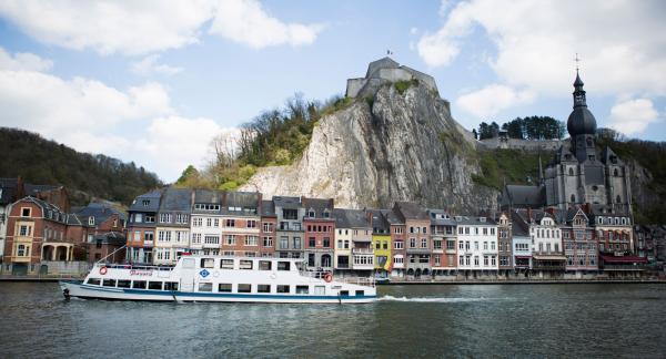 Dinant ligger som ett smycke längs floden Maas.