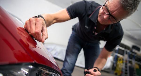 – Att laga stenskott i lacken är inte så komplicerat som man kan tro, säger Mats Norberg på bilrekondfirman Wellkept.