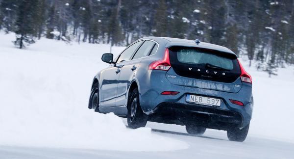 Ett nordiskt friktionsdäck är det vanligste dubbfria alternativet i Sverige. Det är utvecklat med fokus på snö- och isvägar. Ett kontinentalt friktionsdäck är vanligast i mellaneuropa med fokus på körstabilitet och grepp på våta vägbanor i enstaka plusgrader.