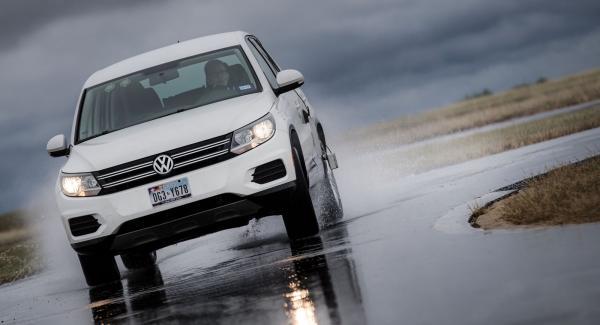 Ett däck ska inte bara kunna bromsa kort och styra kvickt. Hög komfort är också viktigt. Vi kör över tre varianter av vägskador samt mäter buller på två asfaltstyper.