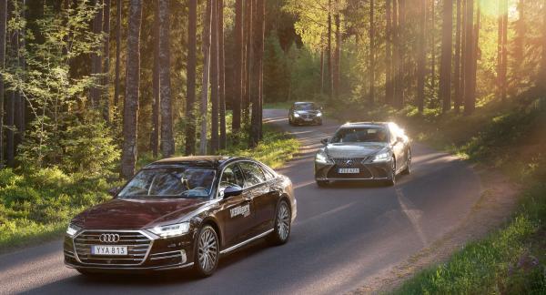 """""""...kromen blixtrade i dess nos."""" Designteamen hos Audi och Lexus har satsat på stora och glänsande frontpartier, nästan som på dollargrinens tid. Mercedes har valt en något mer återhållsam layout."""
