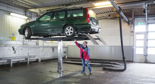 Att hissa upp bilen på en lyft för en inspektion underifrån är en fördel om du är spekulant på en billig bil.