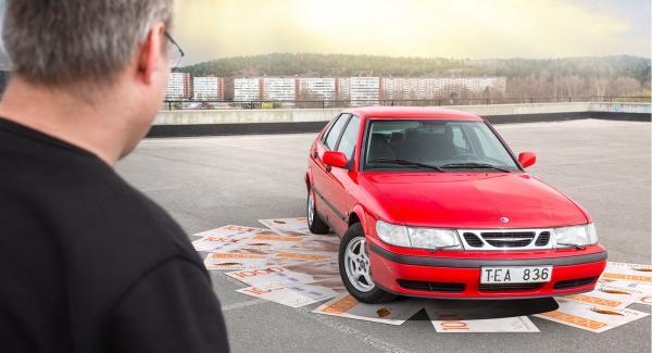 Vad får man för bil för 15000 kronor? Till exempel en klarröd Saab 9-3 från 2002.