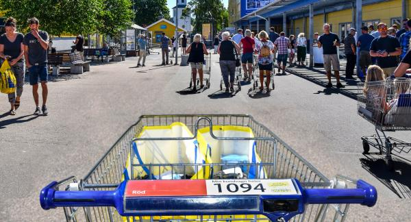 I vagn 1094 finns gott om plats för shoppingfynd och vi drar oss mot ingången tillsammans med andra köpsugna.