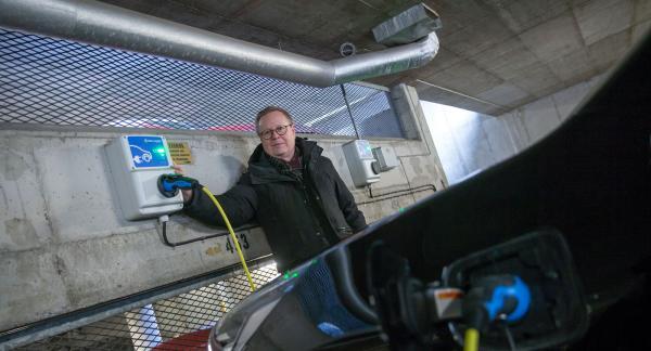 – Vår tanke är att bygga fler laddplatser om behovet blir större, säger Bengt Dahlstedt som själv kör laddhybrid och sitter i styrelsen i Träpatronens samfällighet.