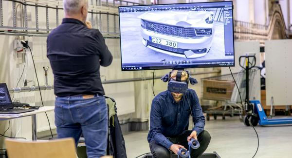 En stor del av CEVT:s arbete görs i datormiljö och som här, med VR-teknik som hjälp.