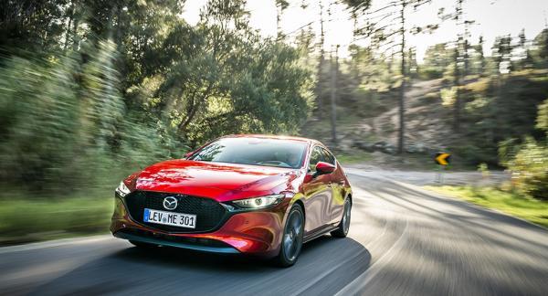 Mazda 3 visar sig från sin bästa sida. LED-strålkastare är standard, adaptiv ljusbild är tillval. Strålkastarspolningen är gömd i det mörka partiet.